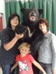 Meine Frau Margit, Hannah und Sophia mit Bär